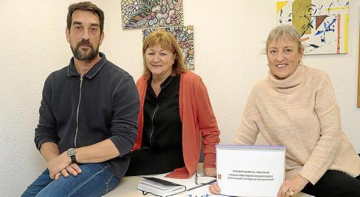 Quim García de Castrillón, Ángela Tumbarello y Fani Coll, en la sede de IB-Salut.