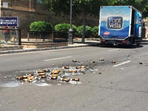 Un camionero ha perdido parte de la carga de cervezas este martes al mediodía en Palma.