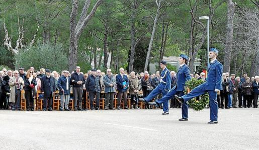 Homenaje a los caídos por España en el acto conmemorativo de ayer. A la derecha, algunos veteranos, en la exposición de fotografía.