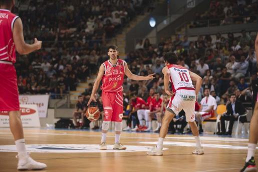 Erik Quintela marca una jugada durante uno de los partidos de la serie de playoff entre el Iberojet Palma y el Granada en Son Moix.
