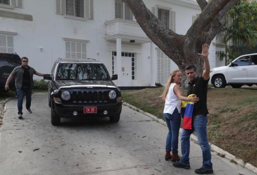 El líder opositor Leopoldo López junto a su esposa, Lilian Tintori, en la residencia del embajador español en Venezuela, Jesús Silva.