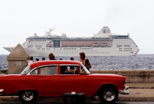 Un crucero con turistas que pasan frente al Malecón en La Habana.