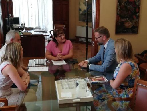 Lloyd Milen y Bel Busquets durante la reunión.      04/06/2019 El cónsul general británico, Lloyd Milen, y consellera de Innova