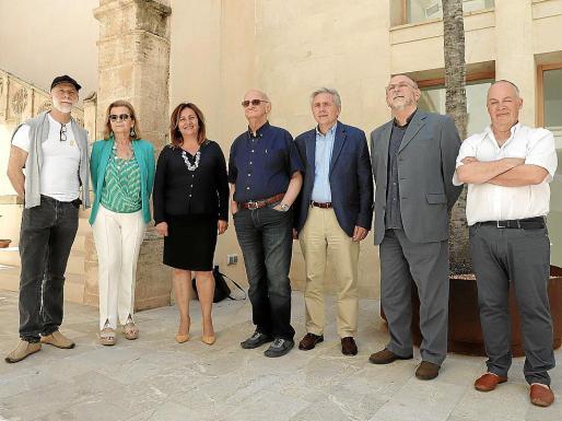 Autoridades, organizadores y escritores, este martes en Ca n'Oleo.