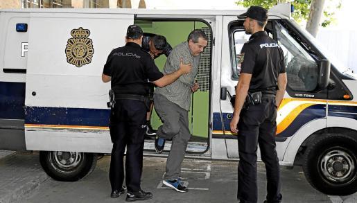 El pirómano detenido el pasado domingo en la barriada de Pere Garau fue conducido este martes por la tarde por agentes del Cuerpo Nacional de Policía a los juzgados de Vía Alemania de Palma.