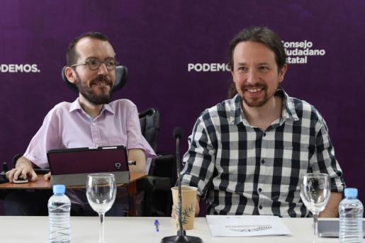 Imagen de archivo del secretario general de Podemos, Pablo Iglesias (d), junto al secretario de organización del partido, Pablo Echenique.