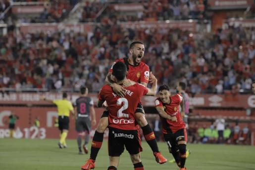 Joan Sastre, Dani Rodríguez y Leo Suárez celebran el gol del Mallorca.
