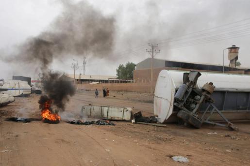 Un neumático arde en una carretera cortada del centro de Jartum, este martes, en Sudán. Las calles de Jartum amanecieron desiertas y con barricadas, un día después del asalto perpetrado por las fuerzas de seguridad sudanesas para desmantelar la acampada opositora.