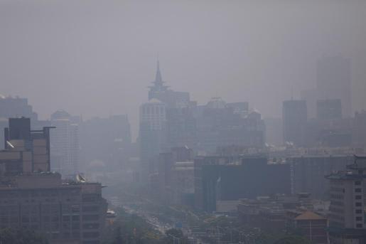 """Vista del distrito central de negocios en un día nublado en Pekín, China. Este país acogerá las celebraciones mundiales del Día Mundial del Medio Ambiente sobre el tema """"Contaminación del aire""""."""
