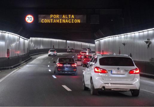 En el marco del protocolo anticontaminación de Madrid se reduce la velocidad a 70 kilómetros por hora en la M-30 y en las vías de acceso a la capital cuando se superan los niveles de aviso, y teniendo en cuenta la previsión meteorológica.