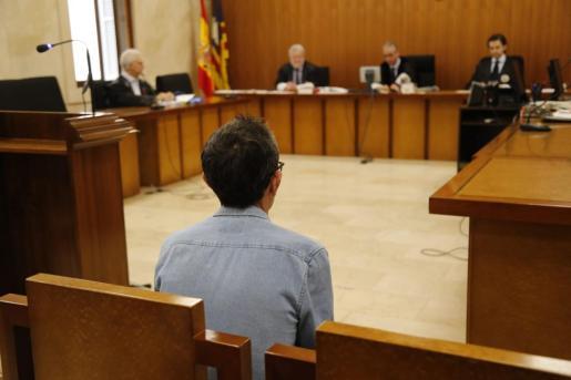 El acusado de abusar de un niño de 5 años, en el banquillo este miércoles.