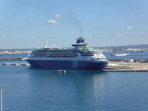 Imagen de archivo del 'Sovereign', un megacrucero en el puerto de Palma.