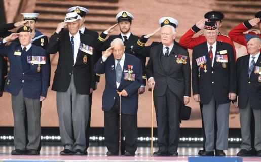 Veteranos de guerra asisten a la ceremonia de conmemoración por el 75º aniversario del desembarco de Normandía en Portsmouth.