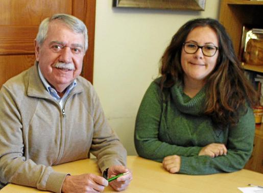 El alcalde Andreu Isern, con la regidora Sonia Daudén, de Som Consell.