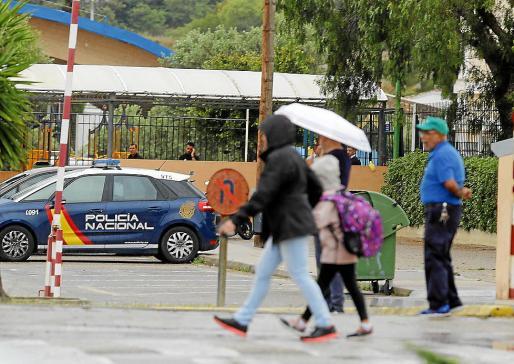 La Policía Nacional, en el colegio el día del fallecimiento de la niña.