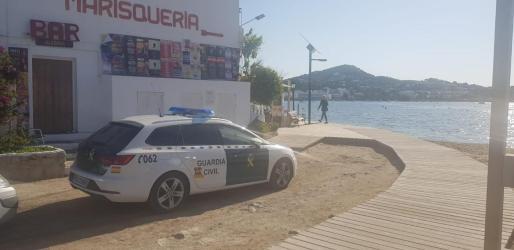 Un coche de la Guardia Civil en la zona donde han localizado el cadáver.