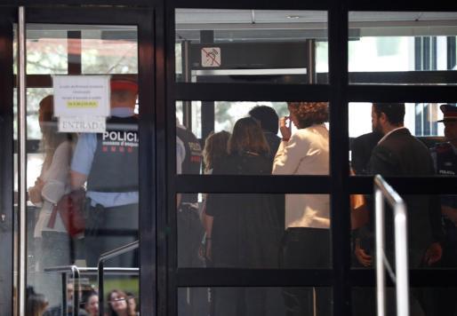 La melena de Shakira, al fondo. La cantante ha despistado a la prensa a su entrada en los juzgados.