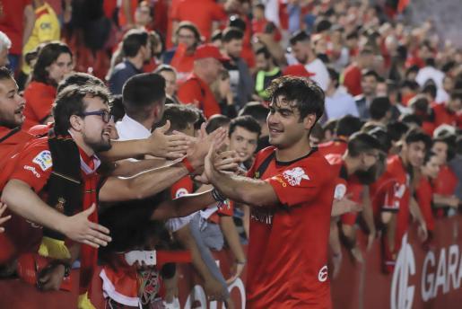 Abdón Prats saluda a los aficionados tras el empate ante el Granada.