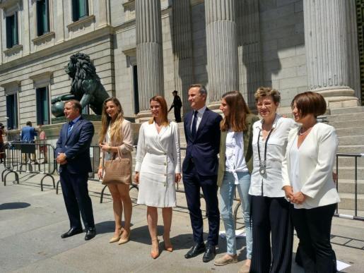 Los diputados de Baleares a las puertas del Congreso.