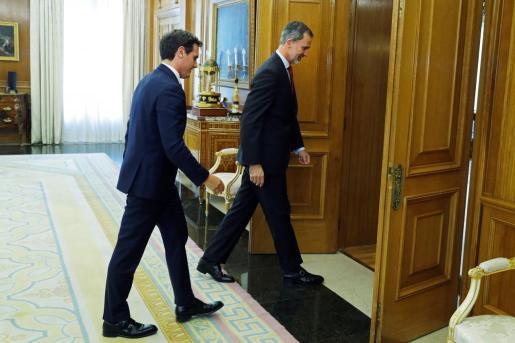 El rey Felipe VI y el presidente de Ciudadanos, Albert Rivera.