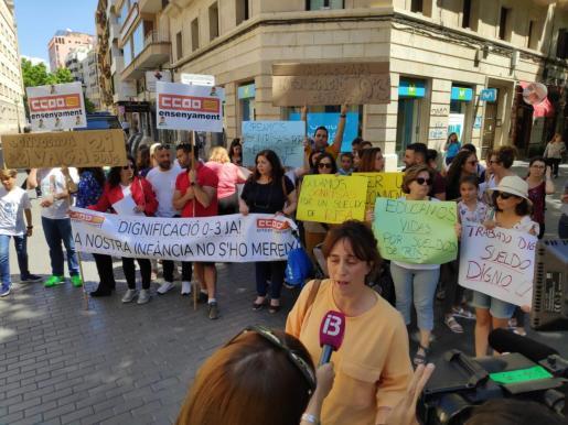 CC OO convocó ayer en la calle Sant Miquel una concentración de los trabajadores de educación infantil que piden mejoras salariales.