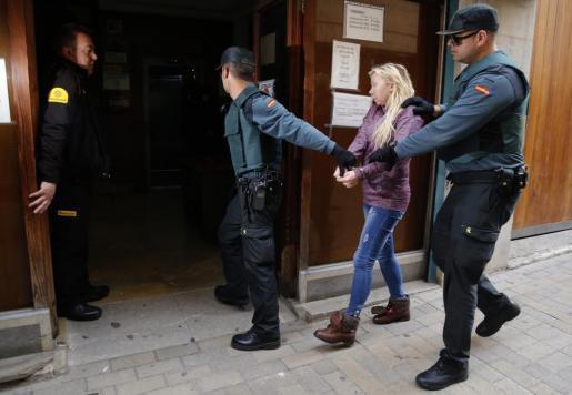 Svetla Batukova custodiada por la Guardia Civil en los juzgados de Manacor.