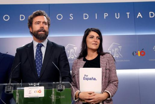 El representante de Vox en el Congreso, Iván Espinosa de los Monteros, junto a la diputada de la formación Macarena Olona, durante la rueda de prensa posterior a la reunión que han mantenido PP y Vox.