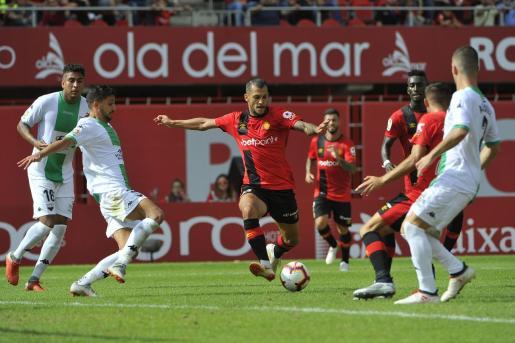 Stoichkov, futbolista del Real Mallorca, intenta tirar a puerta entre varios futbolistas dle Extremadura durante el partido de la primera vuelta disputado en el estadio de Son Moix.