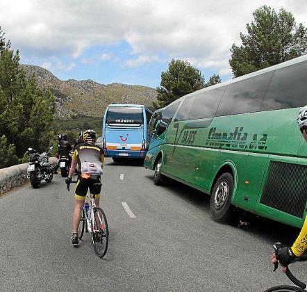 Autobuses turísticos y ciclistas en la carretera de Formentor.