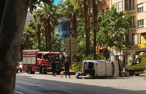 La furgoneta ha quedado volcada entre las dos calzadas.