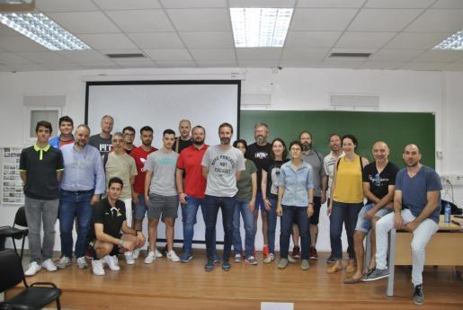Sito Alonso posa junto a los participantes en el Día del Entrenador de la FBIB.