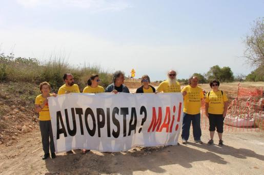 Miembros de la Plataforma Antiautopista han desplegado una pancarta junto a las obras de la vía.