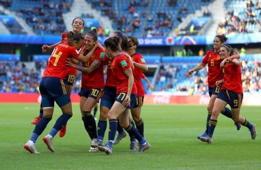 Las jugadoras de la selección celebran el segundo gol de España.