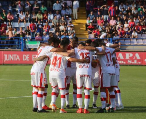 Los futbolistas del Real Mallorca, poco antes del inicio de su partido contra el Extremadura en el Francisco de la Hera de Almendralejo.