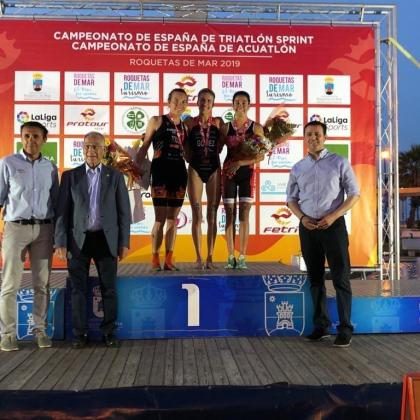 Xisca Tous, primera por la izquierda en el podio, en la ceremonia.
