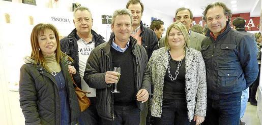 Antonia Arcas, de Lotus; Damián Moyá, de Festina; Antoni Fontirroig, Vicente Sancenón y Narcís Rosselló junto a los propietarios, Lorenzo Real y Margarita Alenyar.