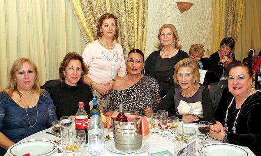 Trini Estévez, Marisa Delgado, Mercedes Alonso, Maruja García, Pilar Berlan, Carmina Garzón y Nati Conde.