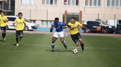 Guillem Vallori pelea por el balón con Moha Traoré, jugador del Melilla, en el partido disputado este domingo en el estadio Álvarez Claro.