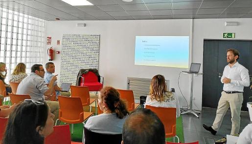 Miguel Rullán (en la foto) y el equipo de EmprenBit (Rafa Soler, David Bustos y Manuel Guerrero) ofrecieron la formación legal y de plan de negocio, respectivamente. Los alumnos de Menorca y Eivissa participaron a distancia y por Youtube.
