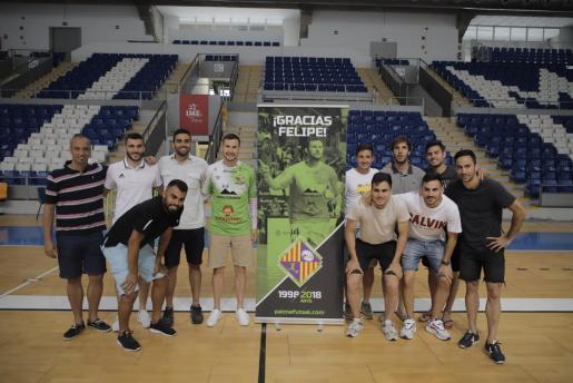 Felipe Paradynski posa junto a la plantilla del Palma Futsal, en Son Moix.