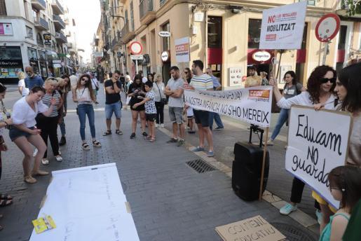 Momento de la protesta de los educadores infantiles en Palma.