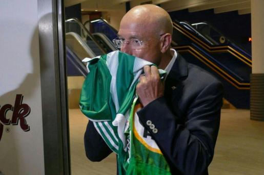 Llorenç Serra Ferrer besa la camiseta del Betis en mayo de 2017.