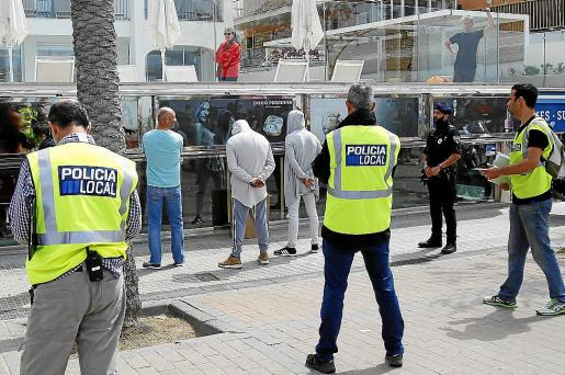 La Policía Local practicó la detención de más de 25 trileros.