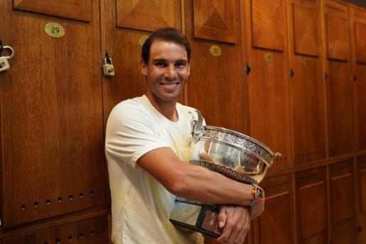 Rafael Nadal posa con la Copa de los Mosqueteros en los vestuarios de Roland Garros.