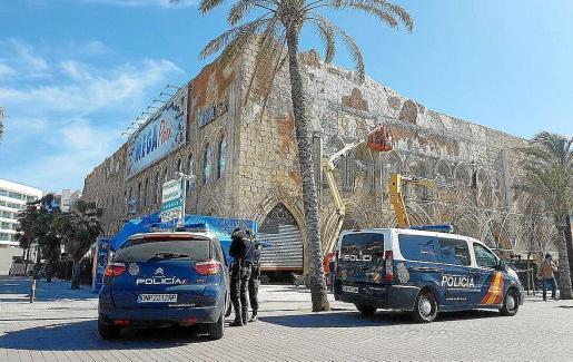 Agentes del Cuerpo Nacional de Policía se han hecho cargo de la investigación de la violenta agresión.