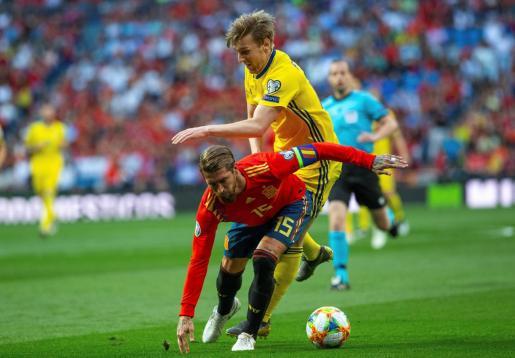 El defensa de España Sergio Ramos (d) pelea un balón con el centrocampista de Suecia Emil Forsberg (i) durante el partido de la fase de clasificación para la Eurocopa 2020.