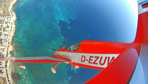 El campeón de España de Acrobacias Aéreas en pleno vuelo.