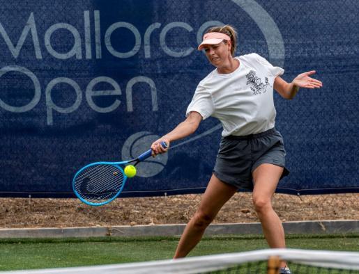 La tenista rusa Maria Sharapova, este martes, durante su entrenamiento en las instalaciones del Santa Ponça Country Club en el que se disputará el Mallorca Open a partir del próximo lunes día 17.
