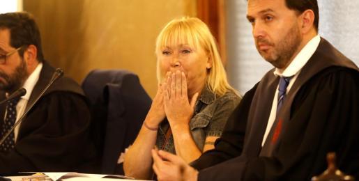 Los agentes han señalado que encontraron varios cuchillos en la casa, algunos ensangrentados. Imagen de la acusada en la jornada inicial del juicio.