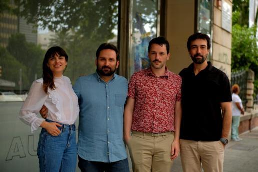 Marcos Cabotá, junto a los actores de la película.